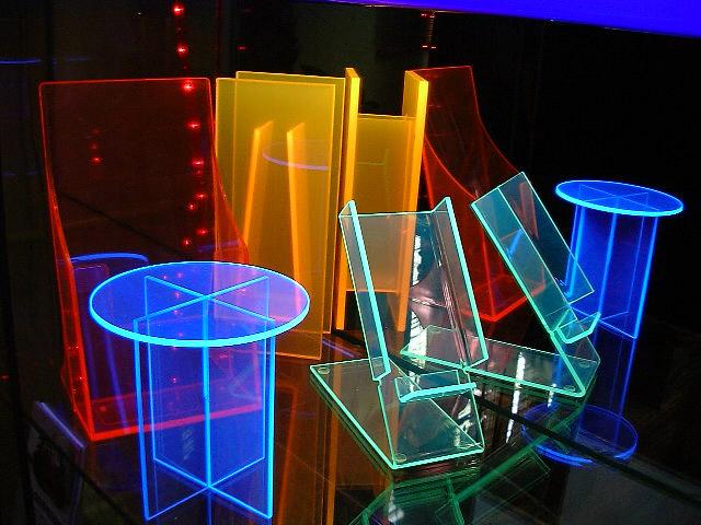 UV plexi áruemelő, szórólaptartó, váza, telefontartó