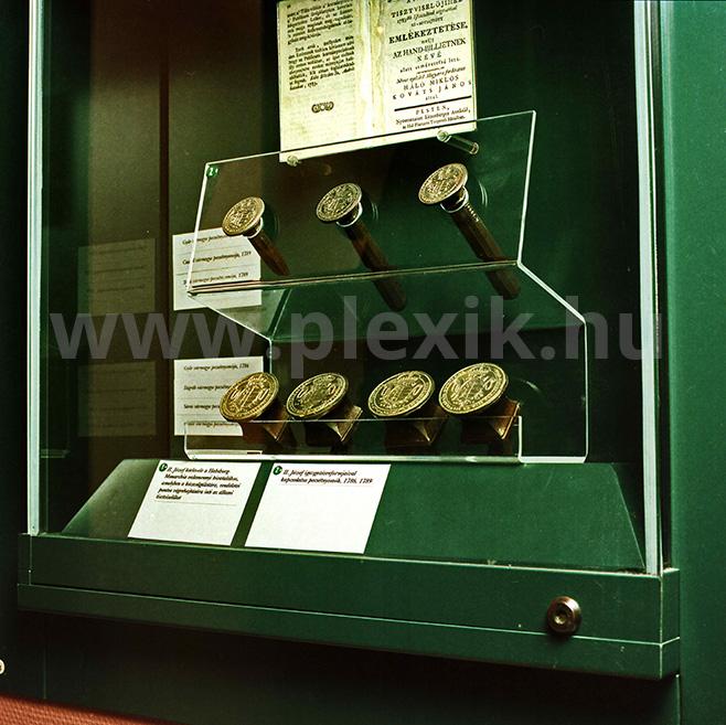 Múzeumi plexi tartóelem