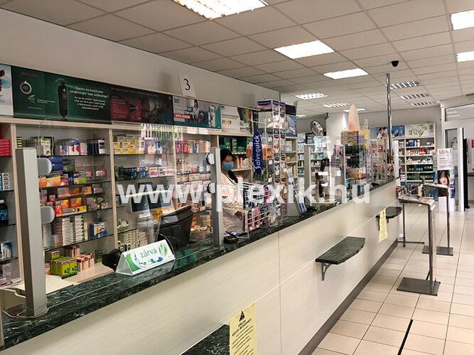 Műanyag védőfal gyógyszertárba